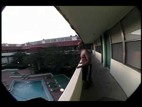 Tuffo in piscina da un trampolino…particolare!